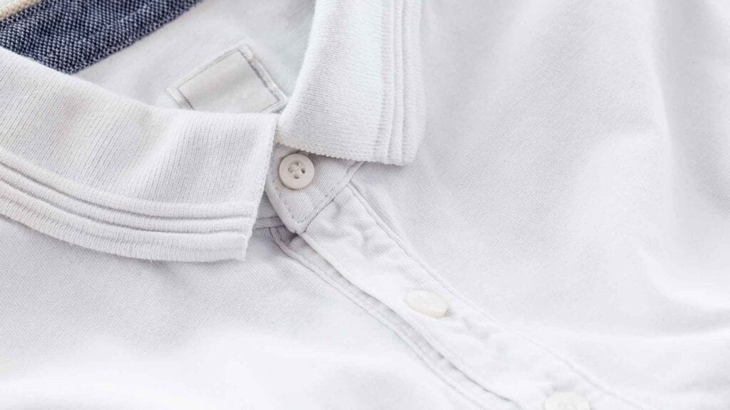 Weisses Polo-Shirt.